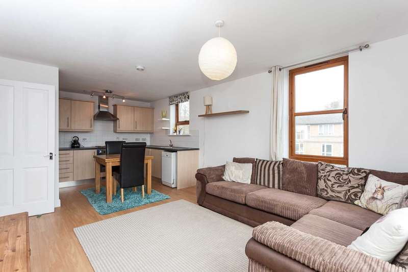 2 Bedrooms Apartment Flat for sale in Smithsfield House, Station Rd, Southwater