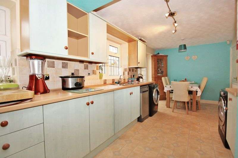 4 Bedrooms Semi Detached House for sale in Tennyson Way, Pontefract