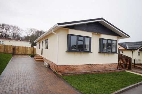 2 Bedrooms Detached House for sale in Woodlands Park, Lymington