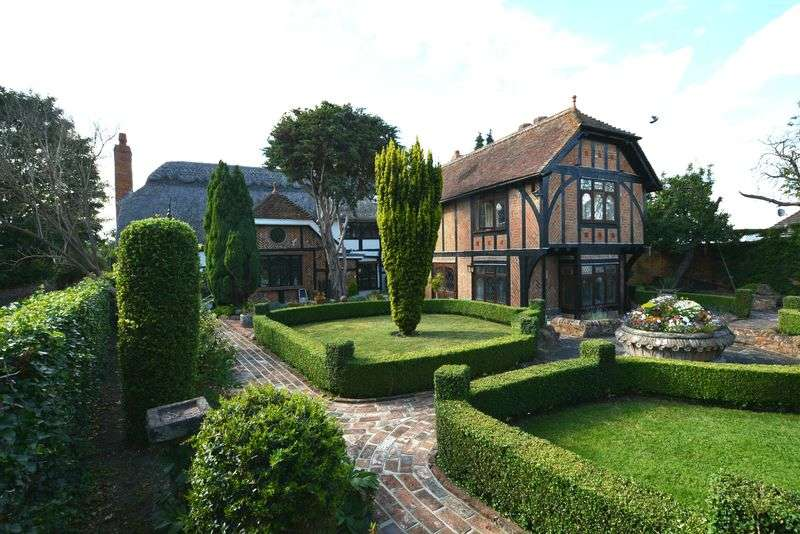 5 Bedrooms Property for sale in Weston Turville
