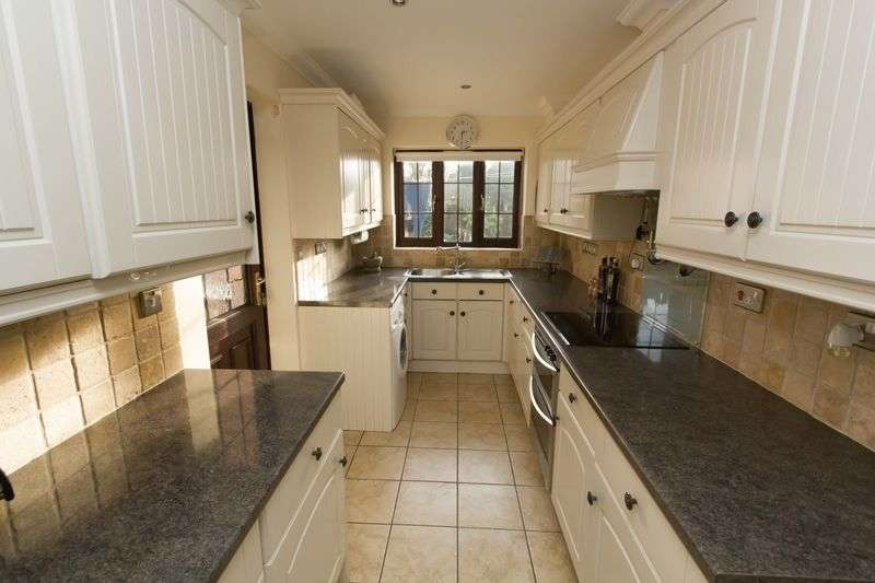 4 Bedrooms Detached House for sale in All Saints Road, Poringland