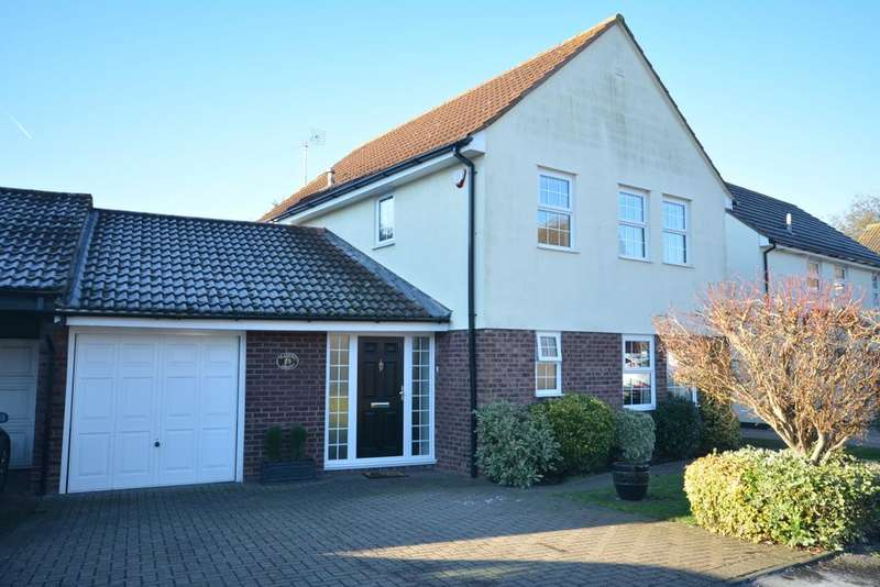 4 Bedrooms Detached House for sale in Platford Green, Emerson Park, Hornchurch RM11