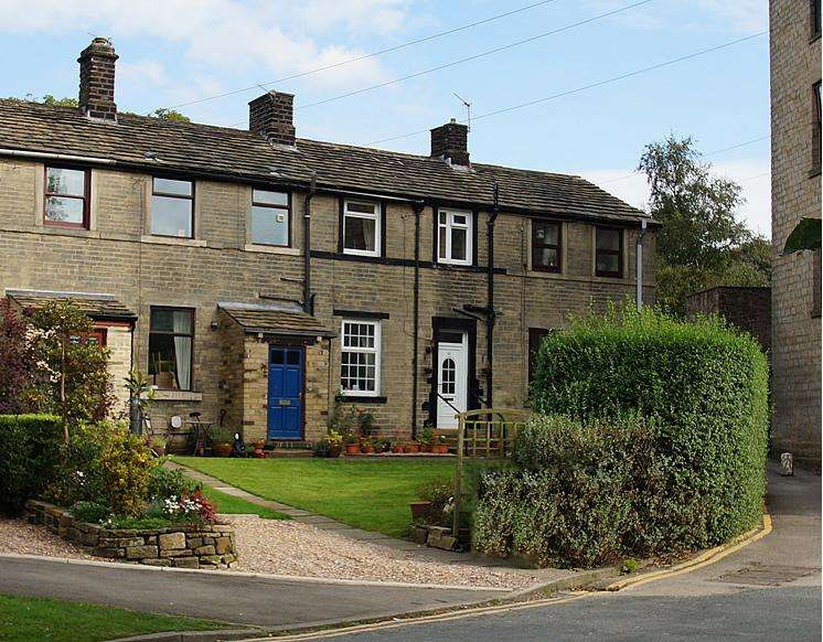 2 Bedrooms Terraced House for sale in Village Green, Uppermill OL3