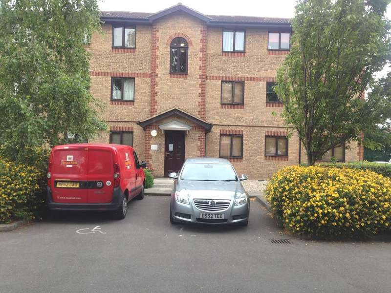 2 Bedrooms Flat for sale in Hutchins Close, Hornchurch RM12