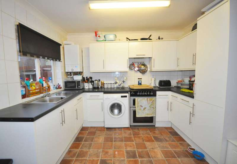 3 Bedrooms Semi Detached House for sale in Cornwallis Road ,Dagenham, RM9