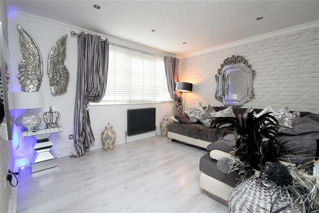2 Bedrooms Flat for sale in Coombe Road, Brighton, East Sussex, BN2 4EB