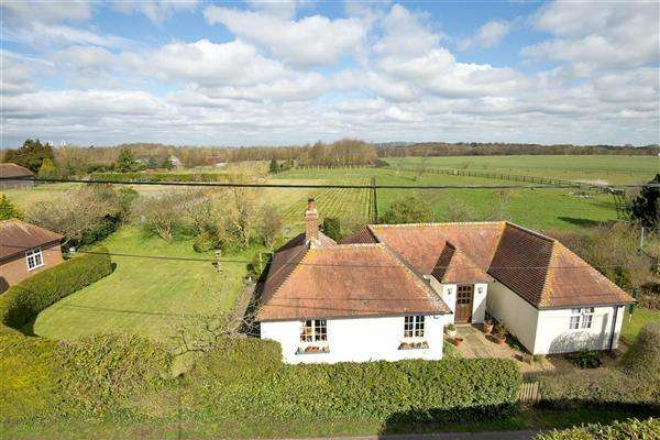 3 Bedrooms Detached Bungalow for sale in Hansletts Bungalow, Hansletts Lane, Ospringe, Nr Faversham