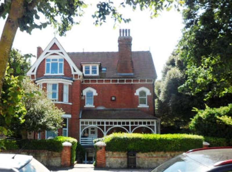 1 Bedroom Flat for sale in Carlisle Road, Eastbourne BN20 7BN