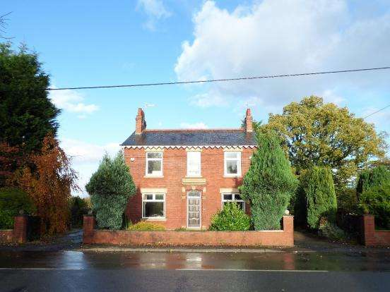 4 Bedrooms Detached House for sale in Longmeanygate, Leyland PR25
