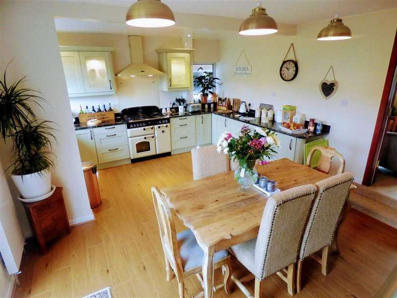 4 Bedrooms Detached House for sale in Hillside Crescent, Bacup, Lancashire, OL13