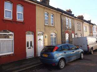 2 Bedrooms Terraced House for sale in Montfort Road, Rochester, Kent