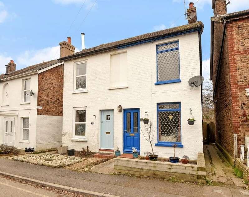 2 Bedrooms Semi Detached House for sale in Park Terrace West, Horsham, RH12