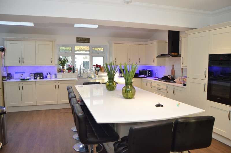6 Bedrooms End Of Terrace House for sale in Hornford Way, Romford