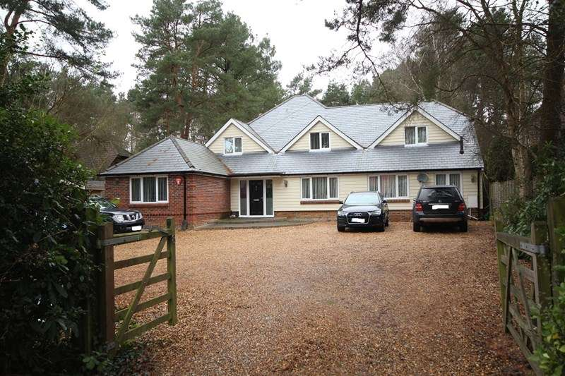 4 Bedrooms Detached House for sale in Lions Lane, Ashley Heath, Ringwood