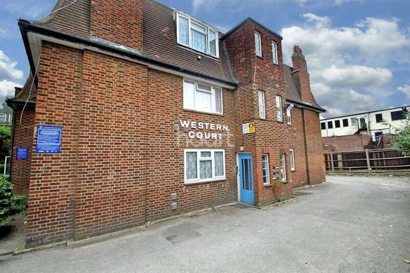 2 Bedrooms Flat for sale in Western Court, Romford Town Centre