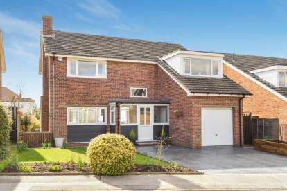 4 Bedrooms Detached House for sale in Carolyn Drive, Orpington