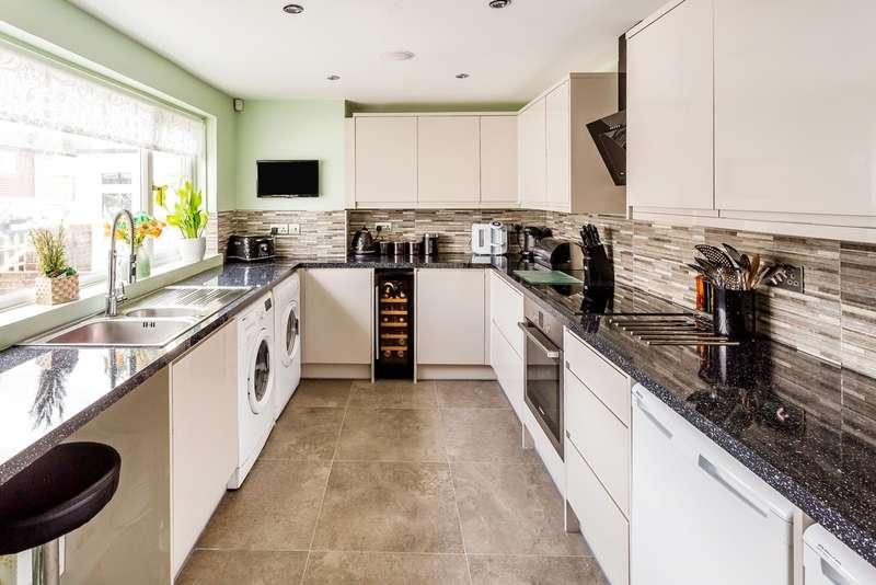 2 Bedrooms Terraced House for sale in Cedar Drive, Edenbridge TN8
