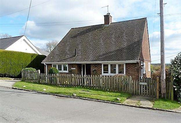 2 Bedrooms Detached House for sale in Firgrove Road, Cross in Hand, TN21 0SU
