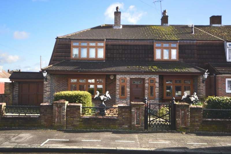 3 Bedrooms Semi Detached House for sale in Elliott Gardens, Heaton Grange, Romford, RM3