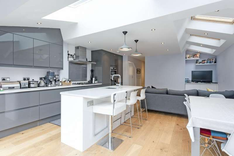 3 Bedrooms Flat for sale in Gosberton Road, SW12