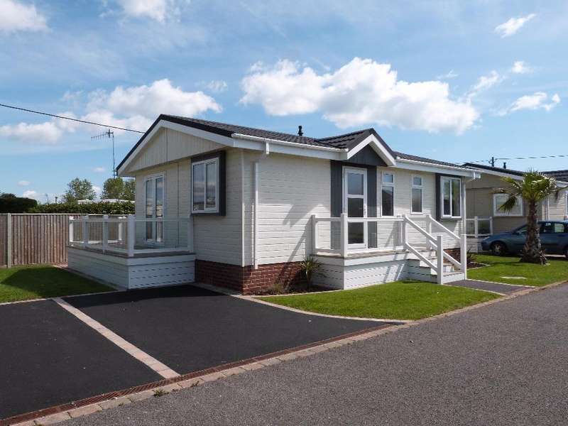 2 Bedrooms Lodge Character Property for sale in Warner Lane, Selsey