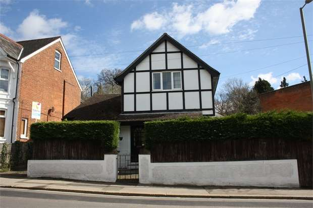 5 Bedrooms Detached House for sale in York Road, ALDERSHOT, Hampshire