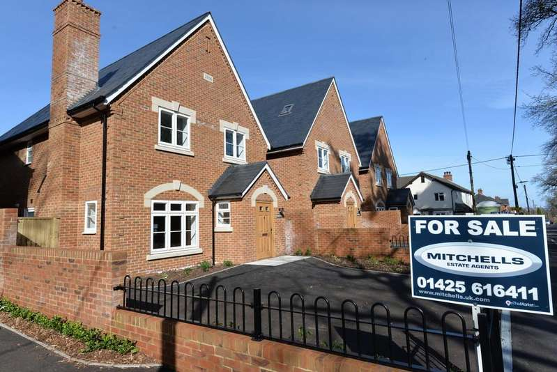 3 Bedrooms Detached House for sale in Church Lane, Sway