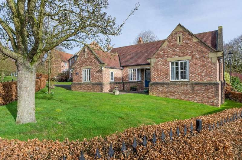 3 Bedrooms Bungalow for sale in Rowan Avenue, Easingwold, York
