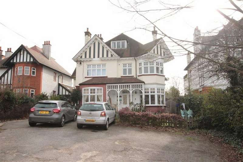2 Bedrooms Apartment Flat for sale in Crowstone Road, Westcliff-On-Sea, Essex