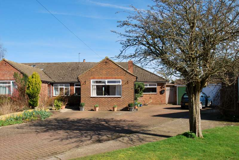3 Bedrooms Bungalow for sale in Widmore Close, Asheridge, Chesham, HP5