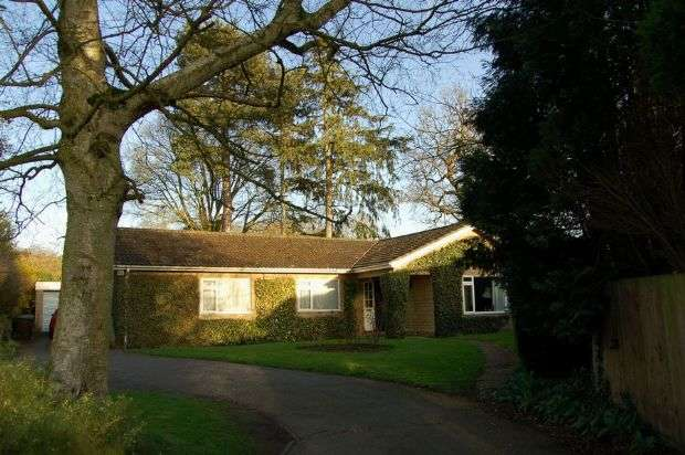 4 Bedrooms Detached Bungalow for sale in Sywell Road, Overstone, Northampton NN6 0AG