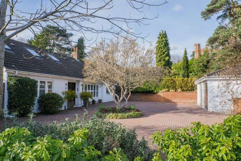4 Bedrooms Detached Bungalow for sale in Courtleas, Cobham