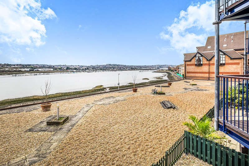 2 Bedrooms Flat for sale in Valetta Way, Rochester, ME1