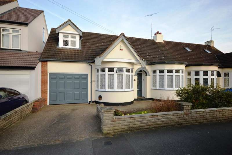4 Bedrooms Chalet House for sale in Minster Way, Hornchurch, Essex, RM11