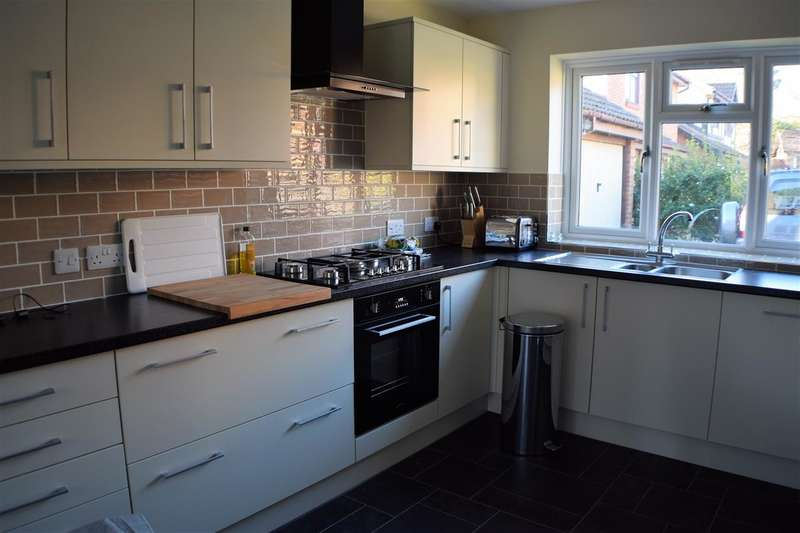 3 Bedrooms Detached House for sale in Wordsworth Mead, Redhill