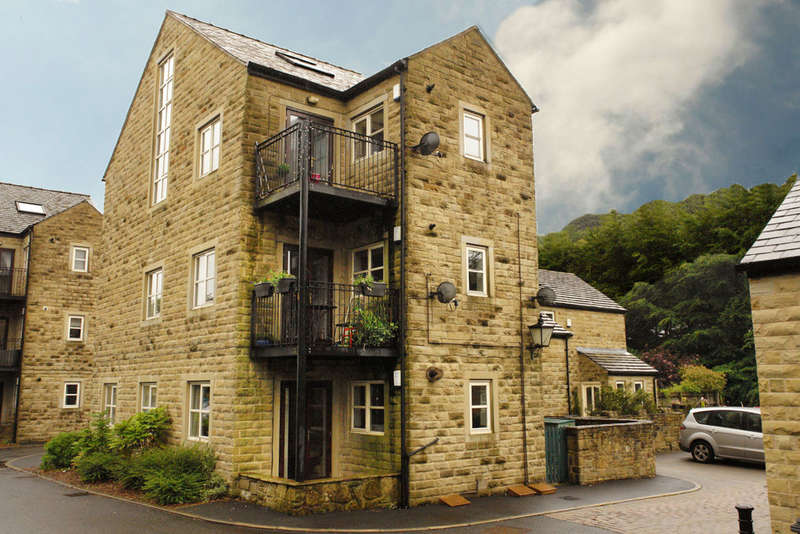 2 Bedrooms Flat for sale in Station Approach, Delph, Saddleworth