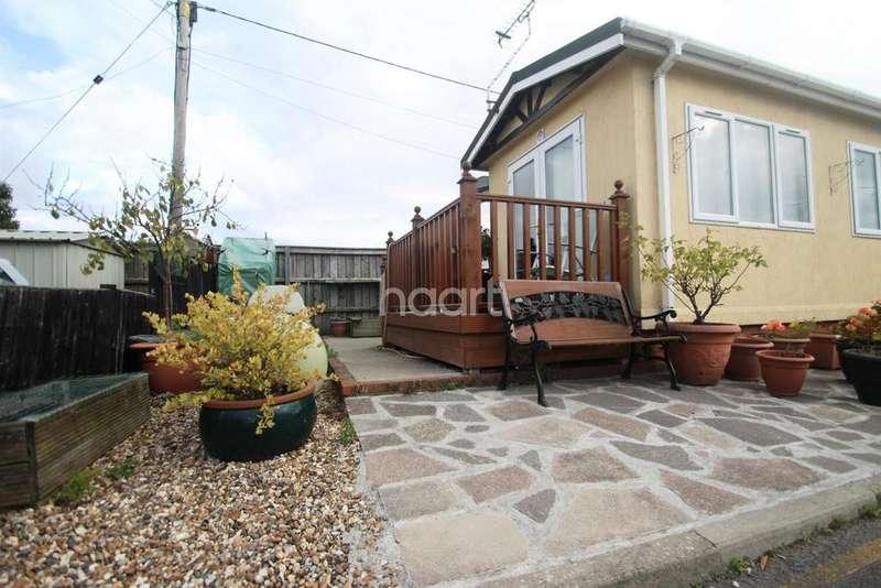 2 Bedrooms Bungalow for sale in Pooles Lane, Hullbridge