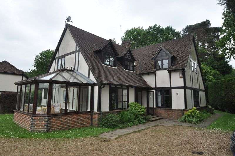 5 Bedrooms Detached House for rent in Youlden Drive, Camberley