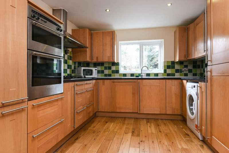 3 Bedrooms End Of Terrace House for sale in Charlton Lane London SE7