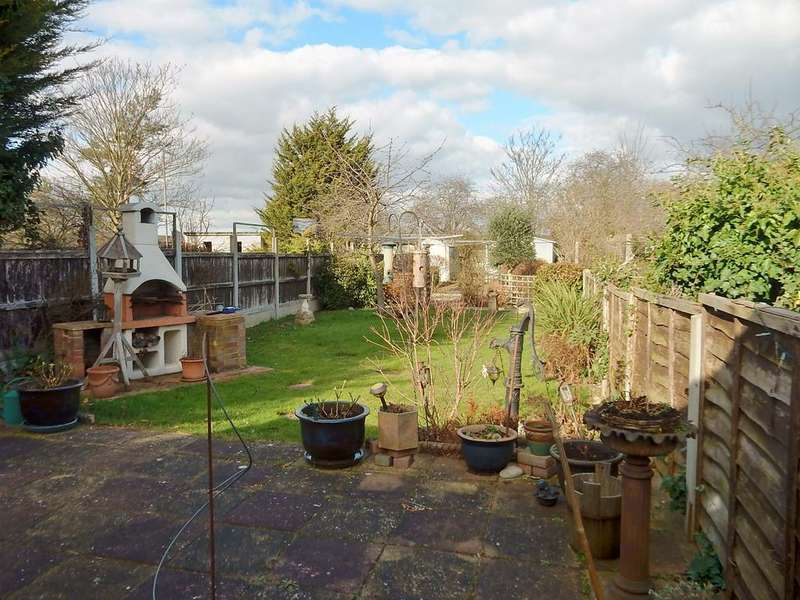 2 Bedrooms Detached Bungalow for sale in Frederick Road, Rainham RM13