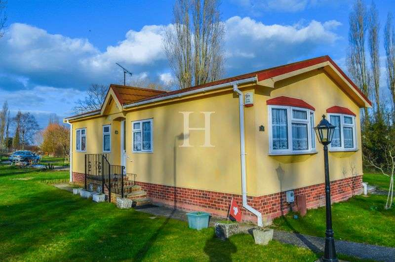 2 Bedrooms Detached House for sale in Halcyon Park, Pooles Lane, Hullbridge, Essex, SS5