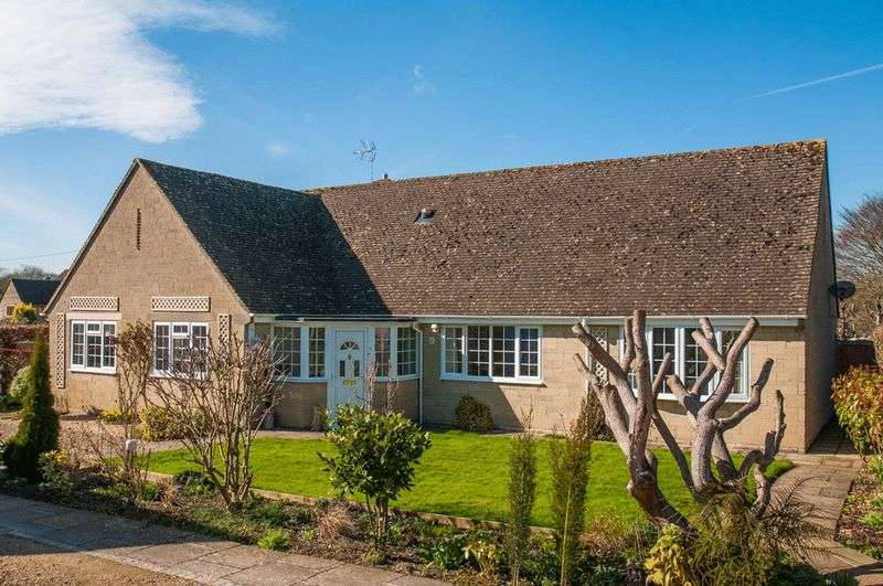 4 Bedrooms Detached Bungalow for sale in Chestnut Grove, Upper Westwood, Bradford-On-Avon