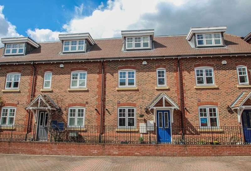 4 Bedrooms Terraced House for sale in Rythe Close, Claygate
