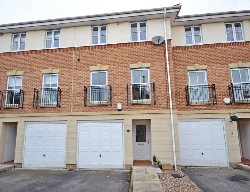3 Bedrooms Town House for sale in Cedar Mews, Wakefield