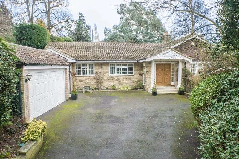 3 Bedrooms Detached Bungalow for sale in Courtleas, Cobham