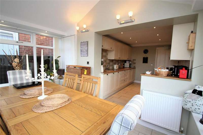 4 Bedrooms Detached House for sale in Willow Bank Drive, Pontefract, West Yorkshire, WF8