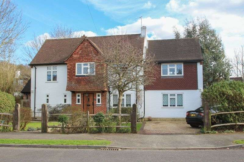 4 Bedrooms Detached House for sale in Greenways, Hinchley Wood