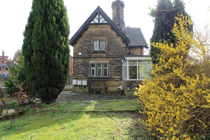 3 Bedrooms Flat for sale in Potternewton Lane, Leeds, LS7