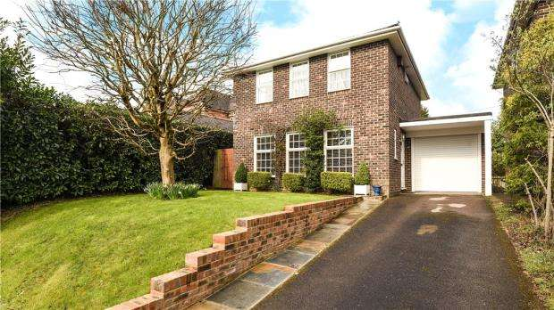 4 Bedrooms Detached House for sale in Atfield Grove, Windlesham, Surrey