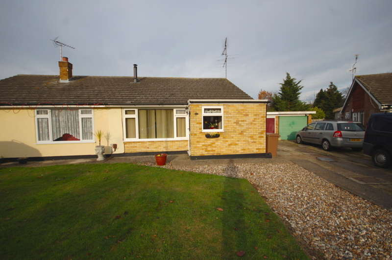 2 Bedrooms Semi Detached Bungalow for sale in Heycroft Way, Great Baddow, Chelmsford, CM2